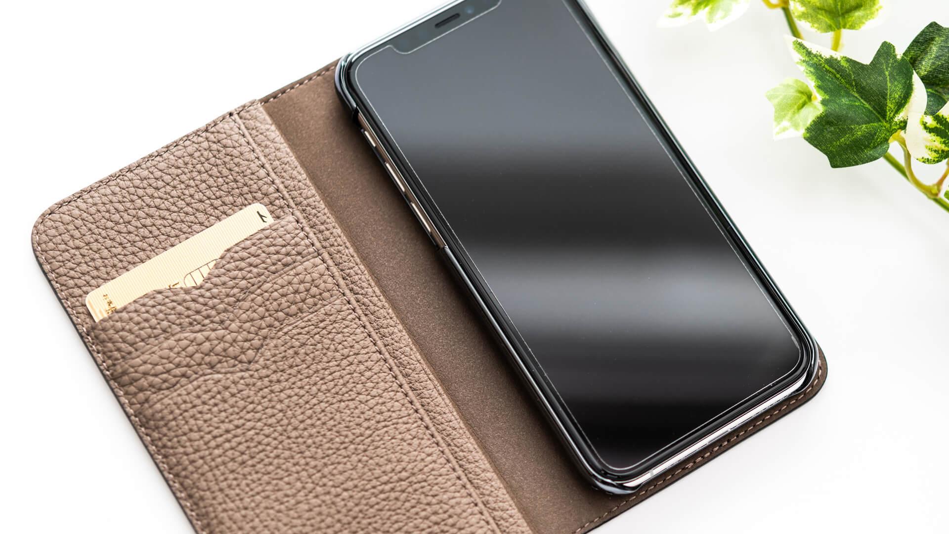 手帳型のiPhoneケースにICカードを入れるイメージ
